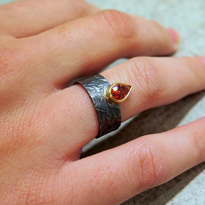 טבעת פראית שחורה משולבת עם גארנט
