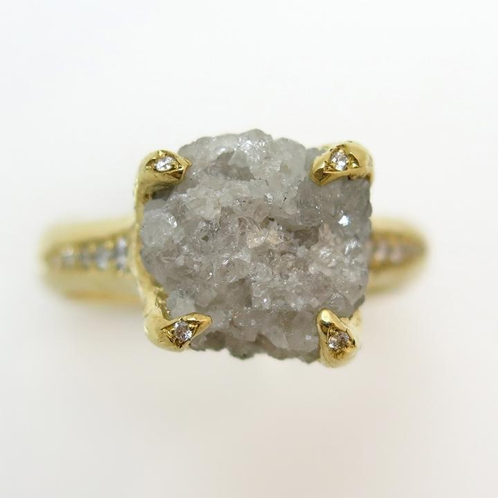 טבעת יהלום גולמי ויהלומים מדהימה