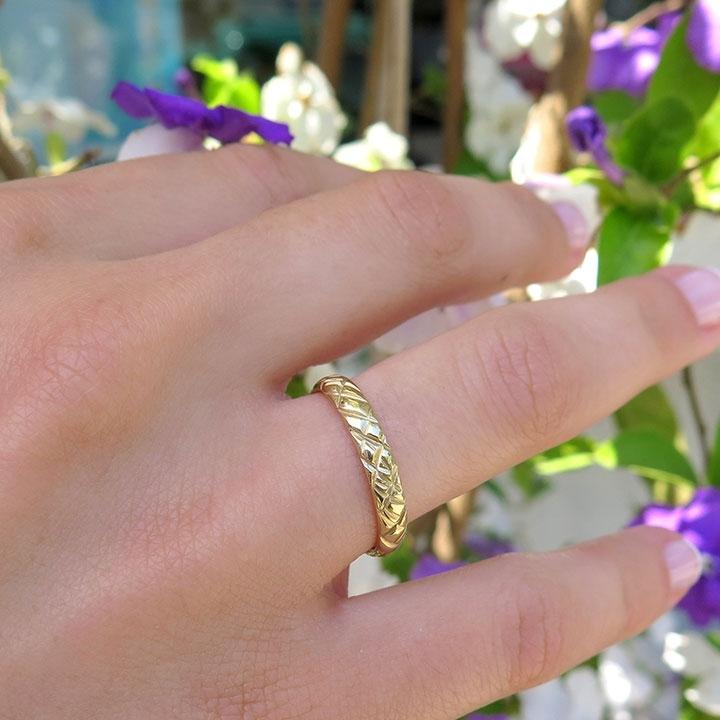 טבעת נישואין עם חריטות בצורת קווים