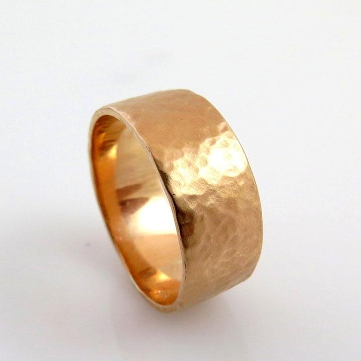 טבעת רחבה ומרוקעת מזהב ורוד