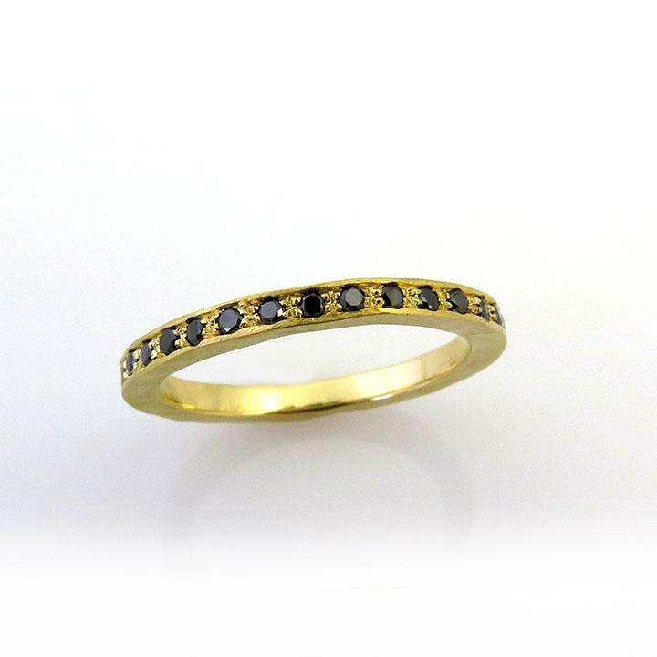 טבעת משובצת יהלומים שחורים מסוג Eternity