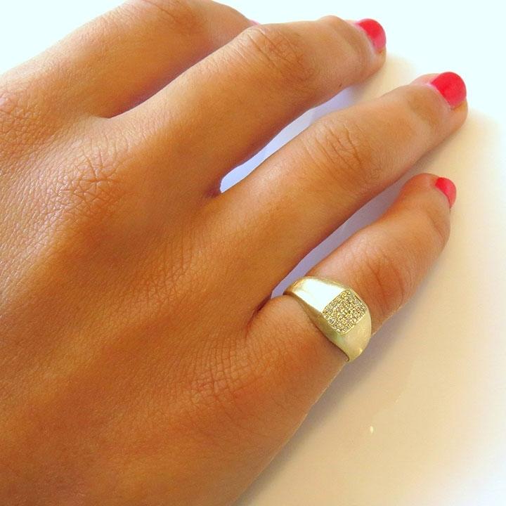 טבעת זרת עם יהלומים לבנים