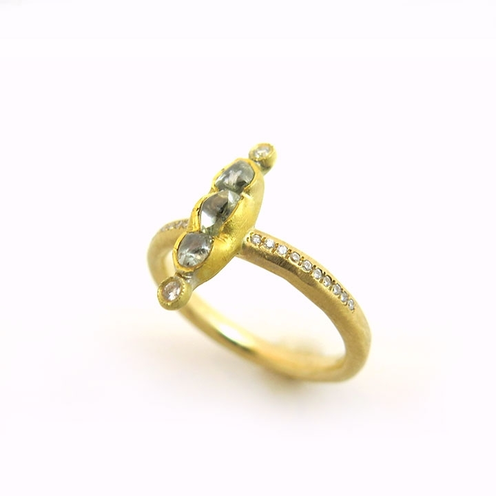 טבעת משולבת בקו יהלומים