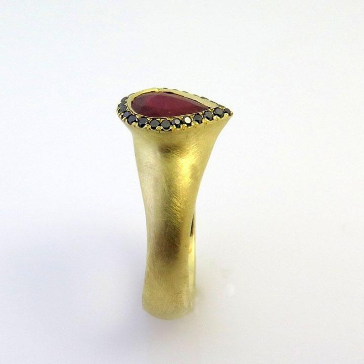טבעת מאבן אודם בצורת טיפה