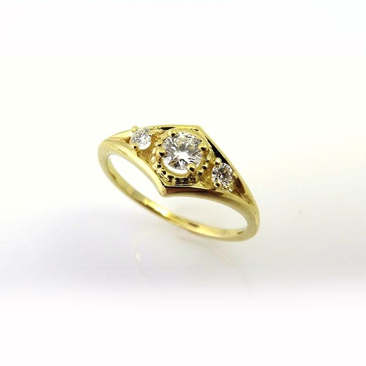 טבעת וינטאג' המשובצת בשלושה יהלומים