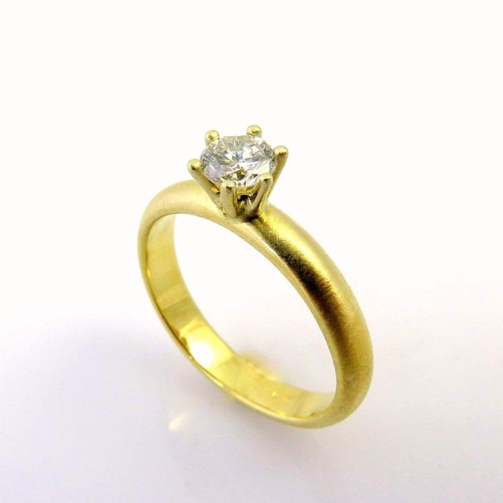 טבעת אירוסים עגולה משובצת ביהלום