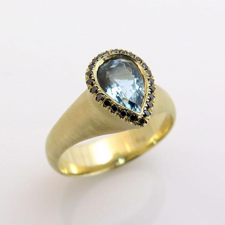 טבעת משובצת באבן תרשיש (Aquamarine)