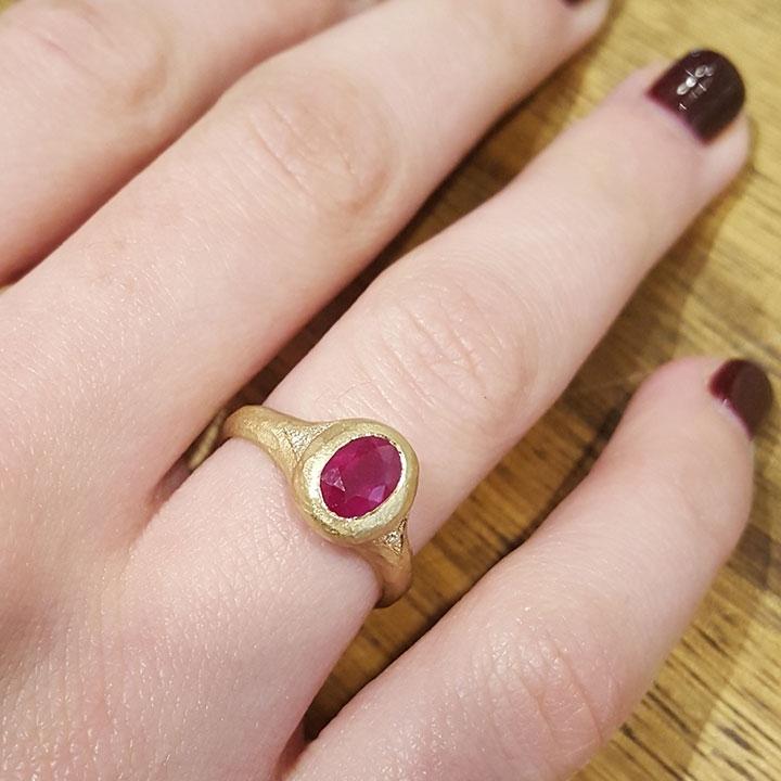 טבעת מ-18 קראט זהב משובצת באבן אודם