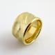 טבעת נישואין רחבה במראה סאטן